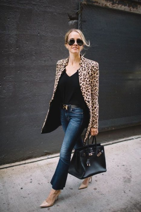 blazer animal print y jeans oscuro