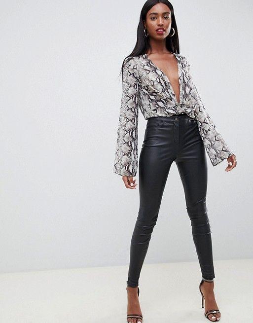 blusa reptil con pantalon de cuero