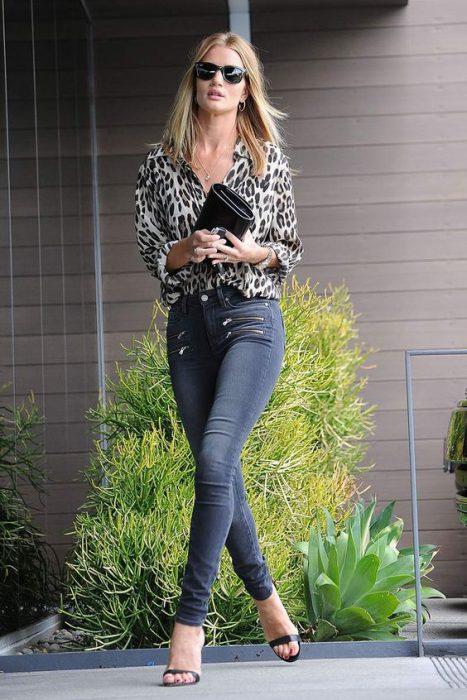 camisa moderna animal print y jeans