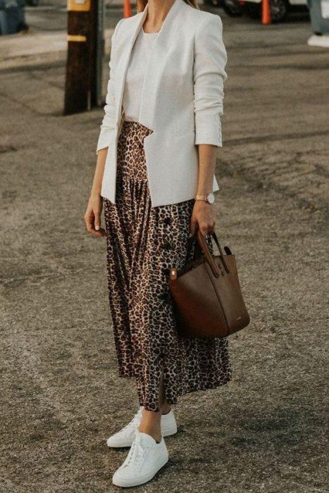 falda leopardo con blazer blanco