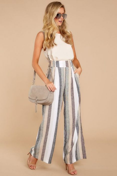 pantalon de lino a rayas para ir a la oficina en verano