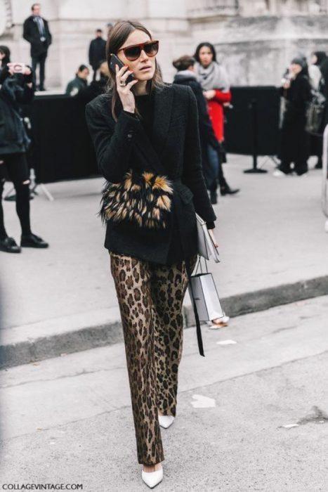 pantalon leopardo con blazer y remera negra