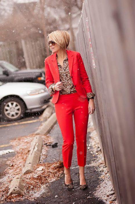 traje rojo y blusa animal print