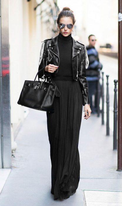 Falda negra larga plisada con chaqueta de cuero