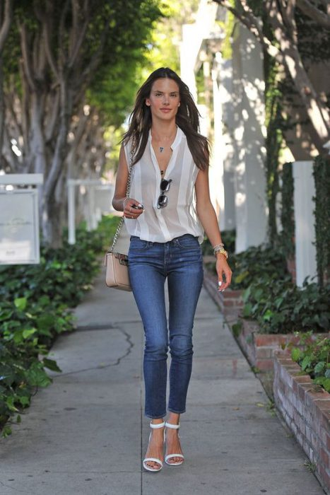 Jeans ajustado con camisa blanca sin mangas