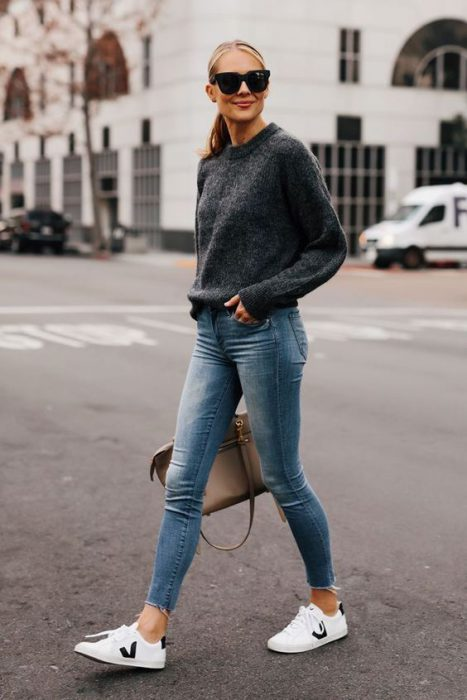 Jeans chupines con sweater gris oscuro