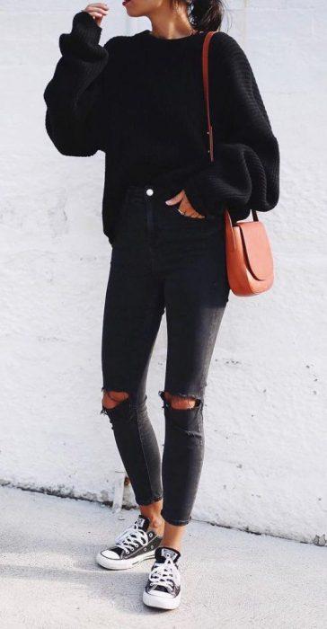 Jeans negro ajustado con sweater negro