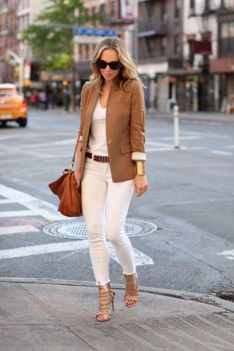Look casual elegante en pantalon blanco