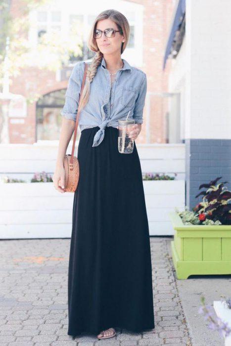 Look informal con Falda larga negra y camisa de jeans