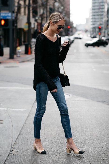 Sweater negro con jeans ajustados