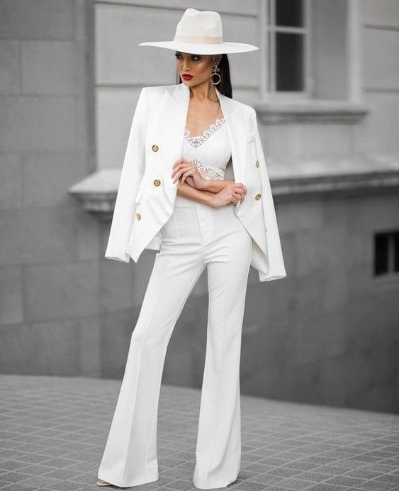 Total look blanco en traje formal