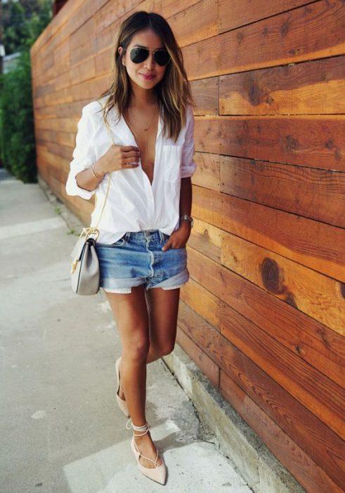 camisa blanca con short de denim