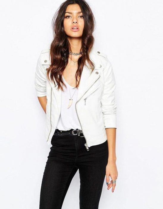 campera de cuero blanca con jeans negro