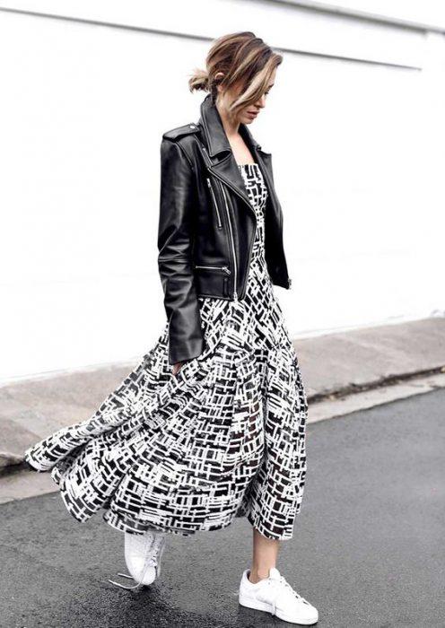 campera de cuero con vestido etampado en blanco y negro