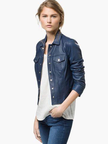 chaqueta de cuero azul oscuro con jeans