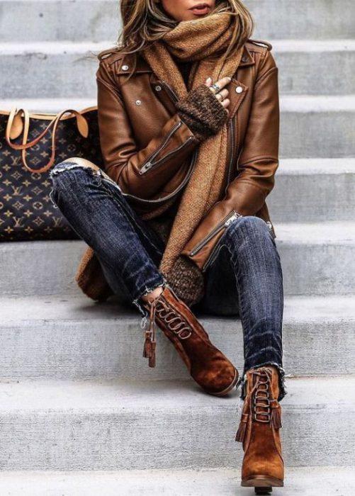 chaqueta de cuero marron con jeans invierno