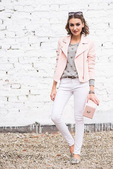chaqueta de cuero rosa claro con jeans blancos