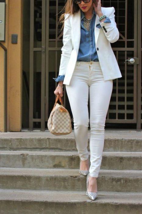 conjunto con jeans blanco y blazer