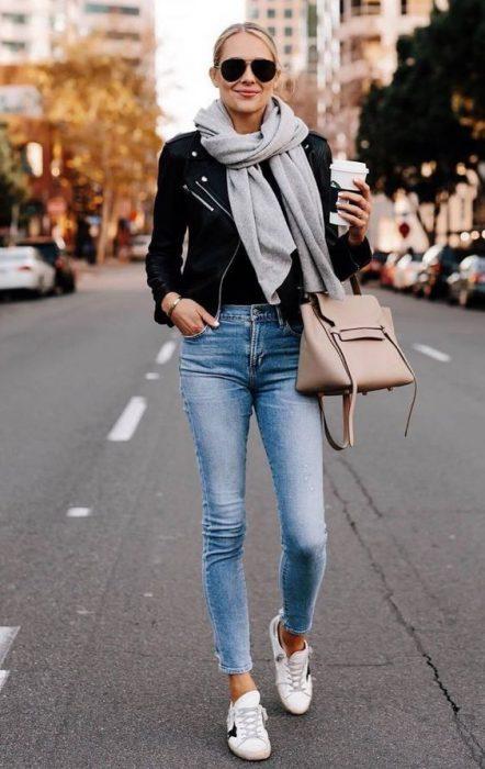 jeans ajustado con campera de cuero