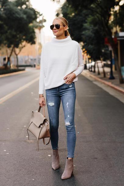 jeans ajustado gastado con sueter blanco