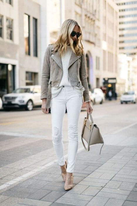 jeans ajustados blancos con campera de cuero