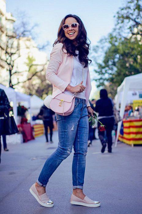 jeans ajustados con blazer rosa