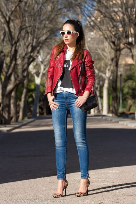 jeans ajustados y campera de cuero roja