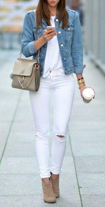 jeans blanco con campera de jeans
