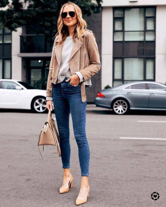 jeans chupines con campera de cuero beige