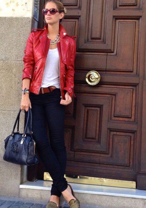 jeans con campera roja