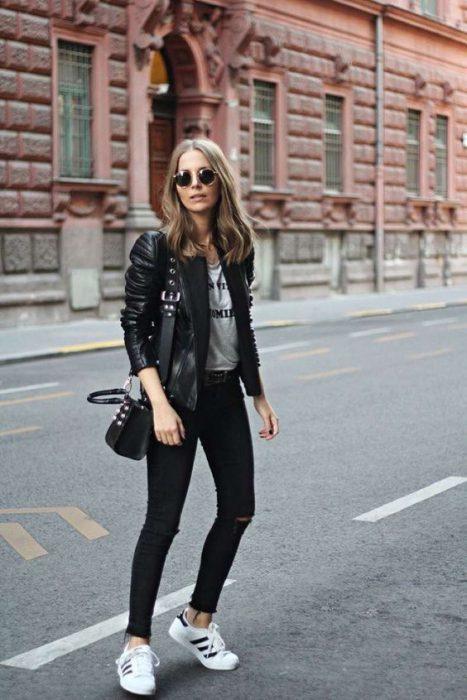 jeans negros y campera de cuero look mujer