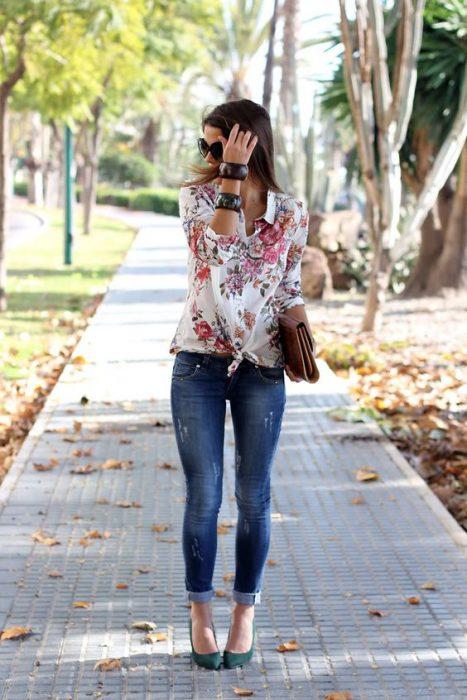 jeans pitillos con camisa estampada