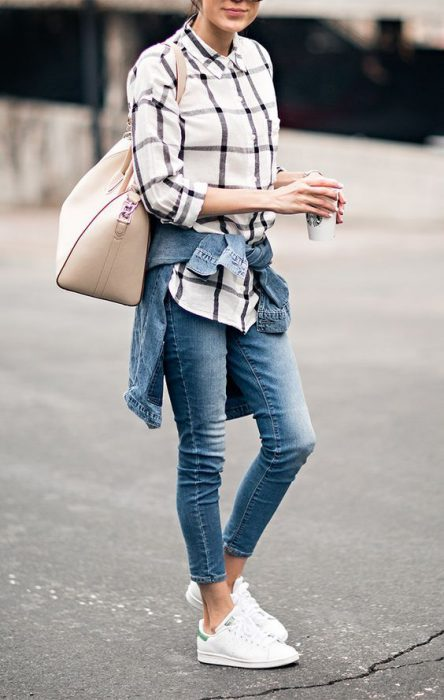 jeans skinny con camisa a cuadros