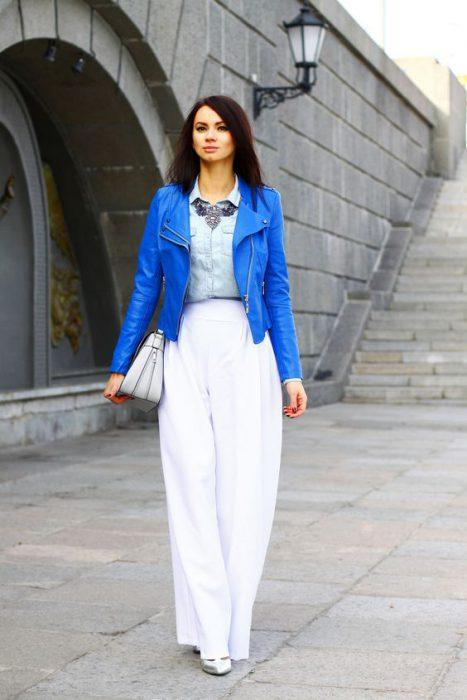 look blanco con campera de cuero azul
