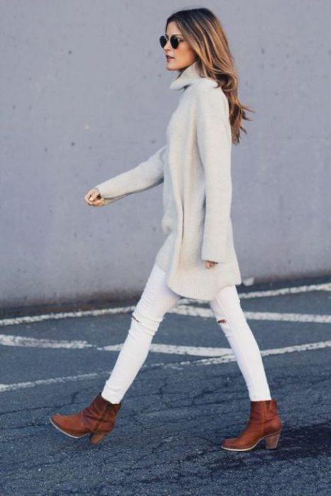 look de invierno con pantalones blancos