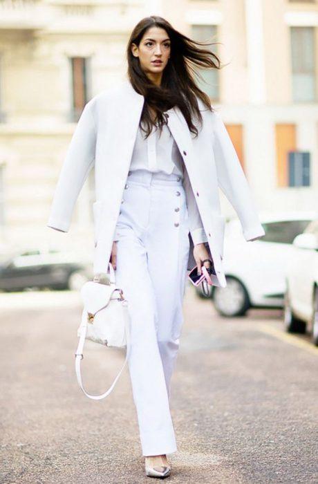 look de invierno en traje blanco para mujer