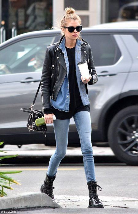 look de otoño con campera y jeans ajustados