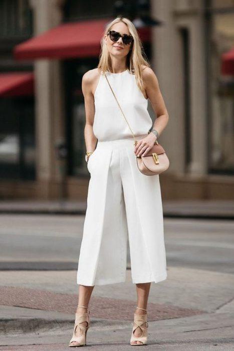 look de verano con pantalon blacno