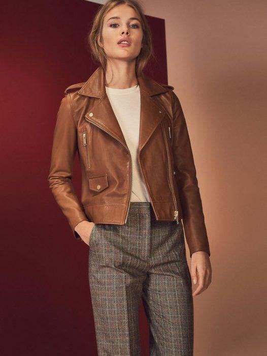 look formal mujer con chaqueta de cuero marron
