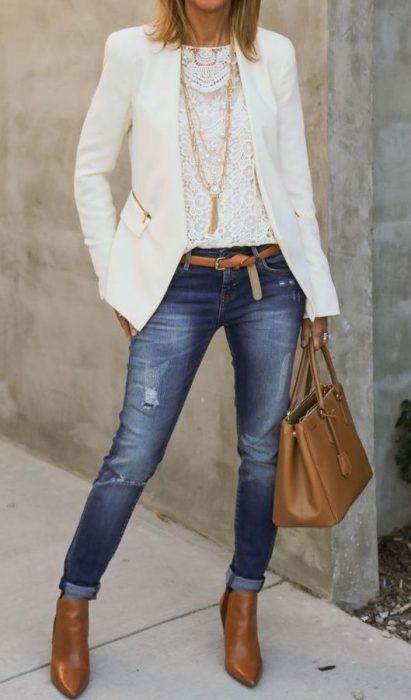 look jeans ajustados con blazer crudo