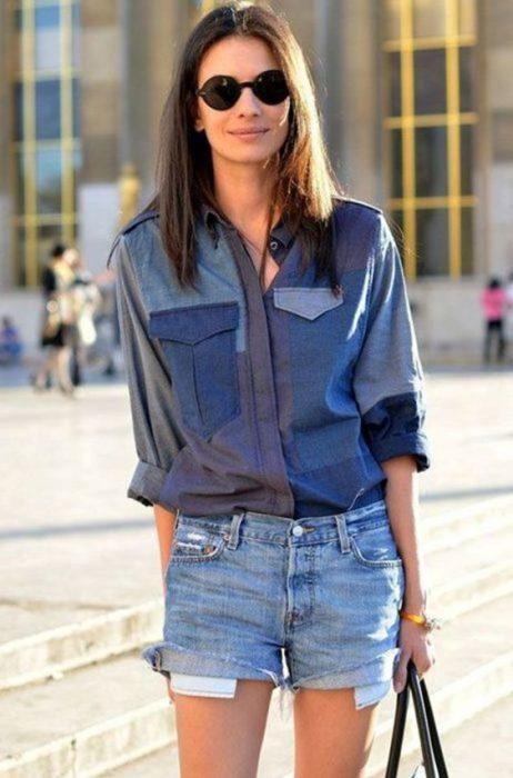 outfit de veran con camisa de jeans