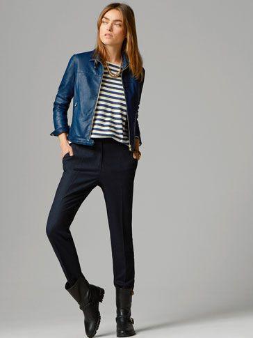 outfit informal con campera de cuero azul oscuro