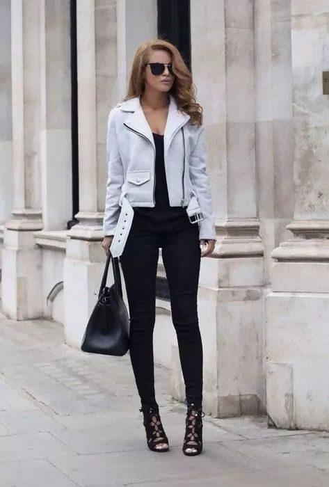 outfit negro con campera de cuero blanca
