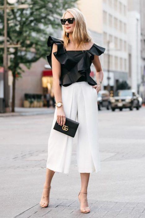 outfit pantalon blanco para salir de noche