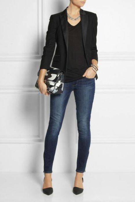 outfits noche blazer negro con jeans ajustados