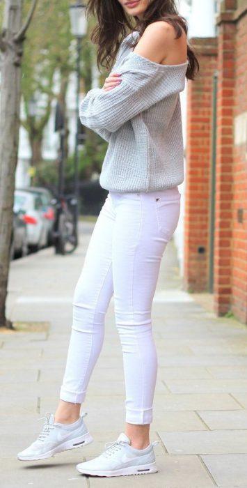 sweater gris claro con jeans blanco