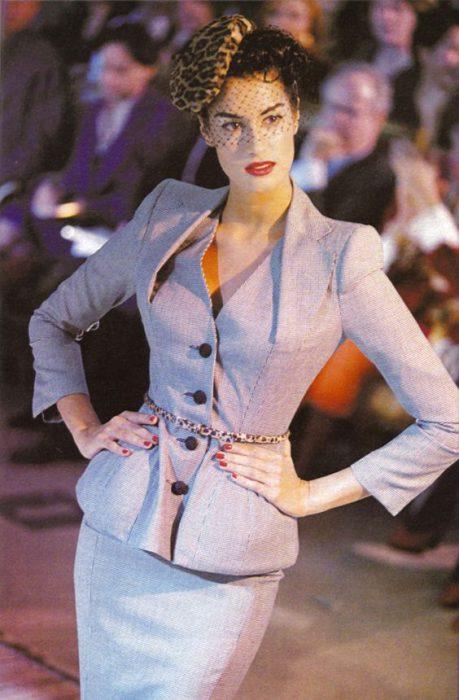 traje para mujer de los 80 con hombreras