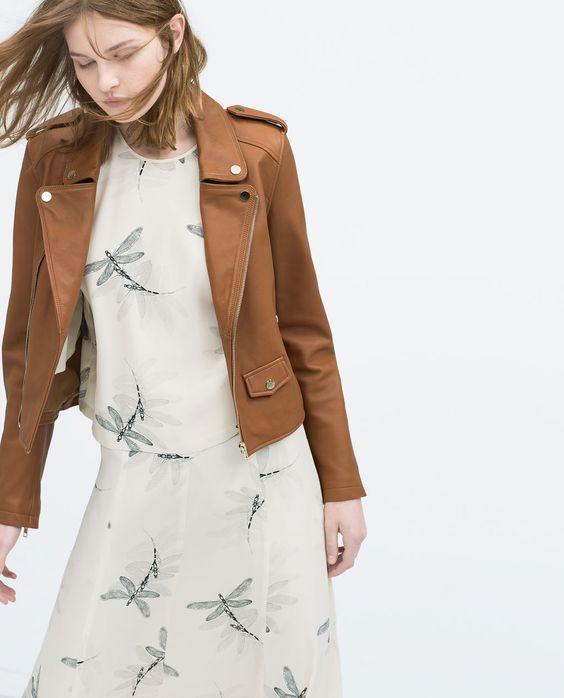 vestido etampado con campera de cuero marron