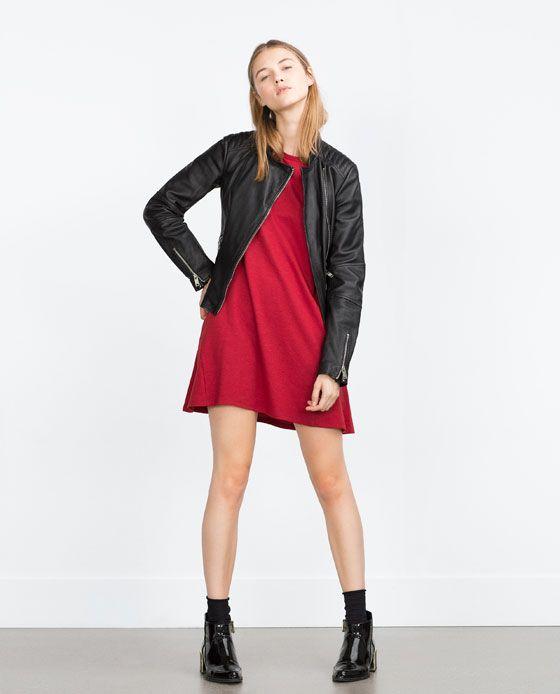 vestido rojo con campera de cuero