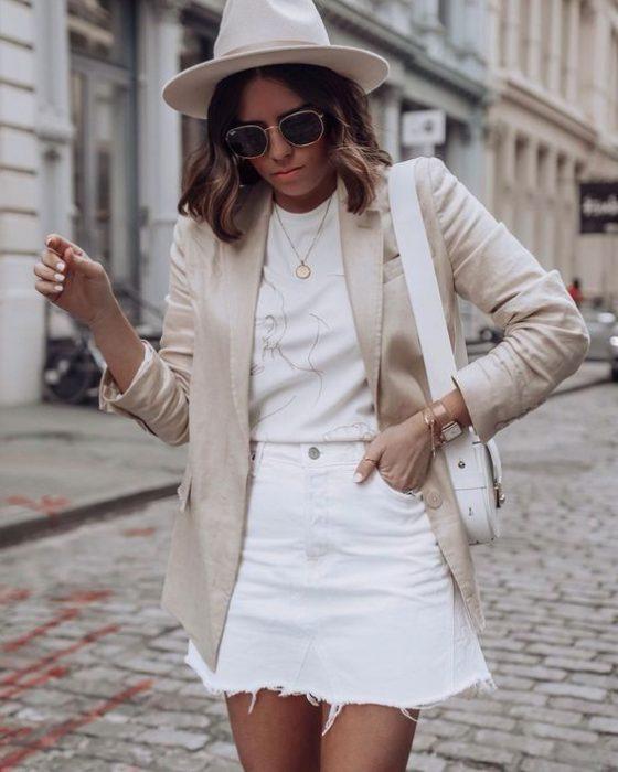 Look casual elegante en minifalda denim blanca